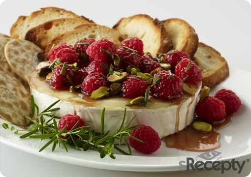 Queso brie con frambuesas y pistachos