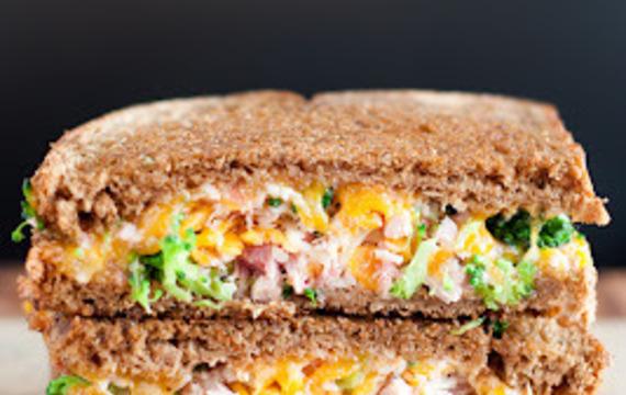Sandwich de brócoli, queso y jamón