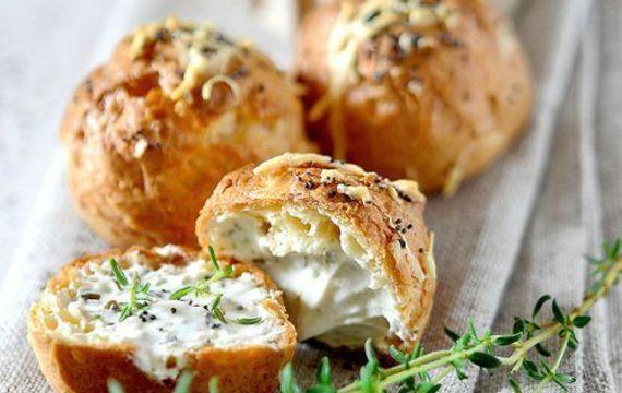 Bollitos de queso y hierbas frescas